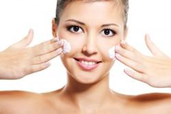 Обязательное нанесение крема на лицо для ровного вечернего макияжа