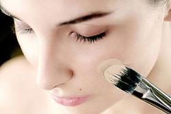 Первый шаг - нанесение основы под макияж