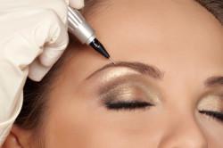 Коррекция бровей с помощью перманентного макияжа