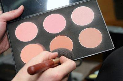 Розовый макияж - розовые румяна