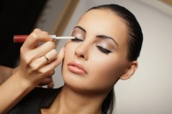 Рисунок 1. Нанесение стрелки при макияже глаз