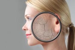 Нанесение крем пудры на сухую кожу лица