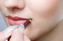 Использование водостойкого карандаша для губ