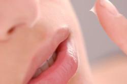 Нанесение бальзама на губы