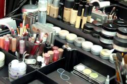 Рабочее место визажиста с профессиональной косметикой