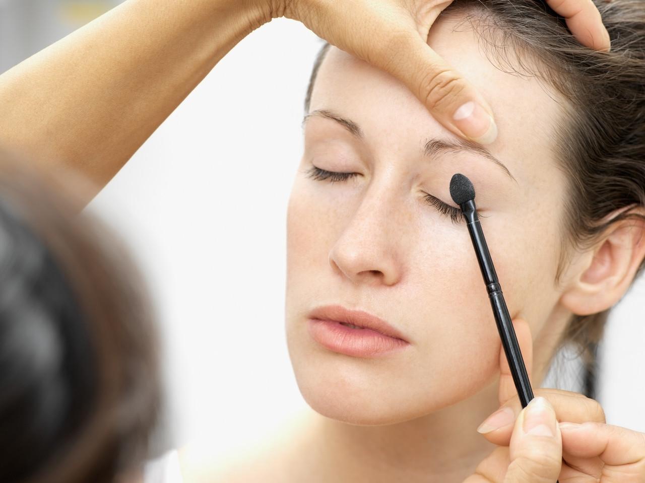 Нанесение светлых тонов теней для повседневного макияжа