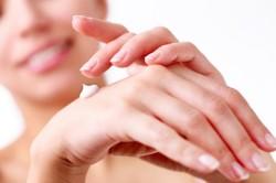 Использование увлажняющего крема для заживления татуажа