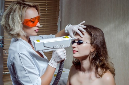 Процедура удаления татуажа бровей лазером