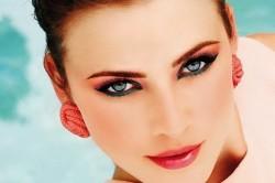 Ретро-макияж для образа с коралловым платьем