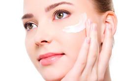 Увлажнение кожи лица перед нанесением макияжа
