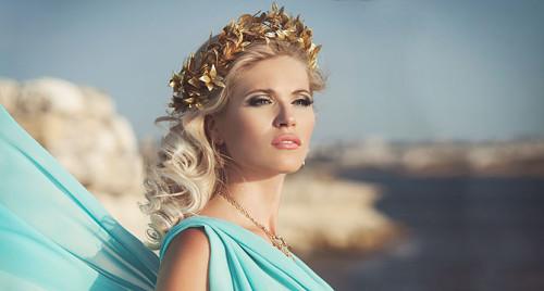Акцент на брови и глаза - отличительная особенность греческого макияжа