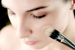 Нанесение крем-пудры на лицо при помощи кисти