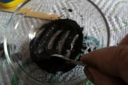 Добавление угля в растопленный воск