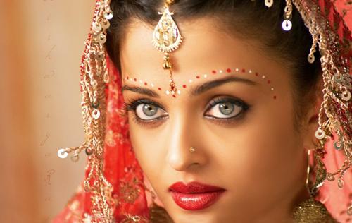 Девушка с индийским макияжем