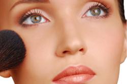 Фото 1. Нанесение румян при естественном макияже