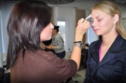 Нанесение цветной базы под макияж