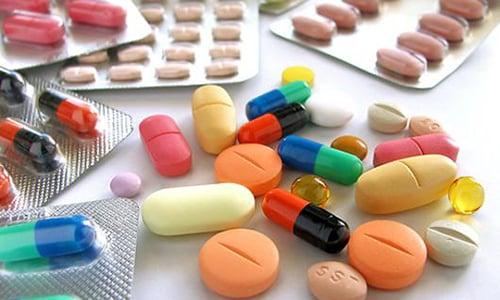 Антибиотики назначать самому себе до приезда врача не следует